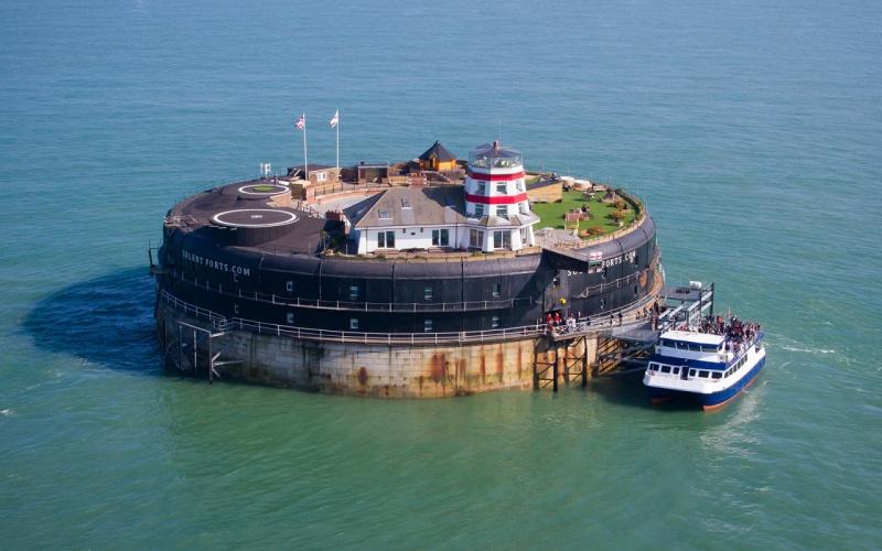 Hotel na srodku morza 01