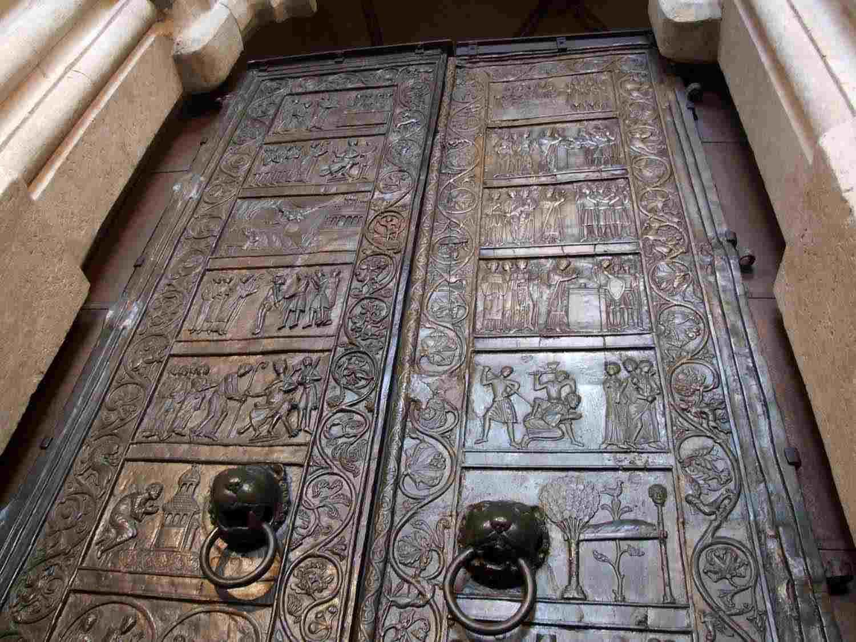 Drzwi Gnieźnieńskie / źródło: www.polimaty.pl