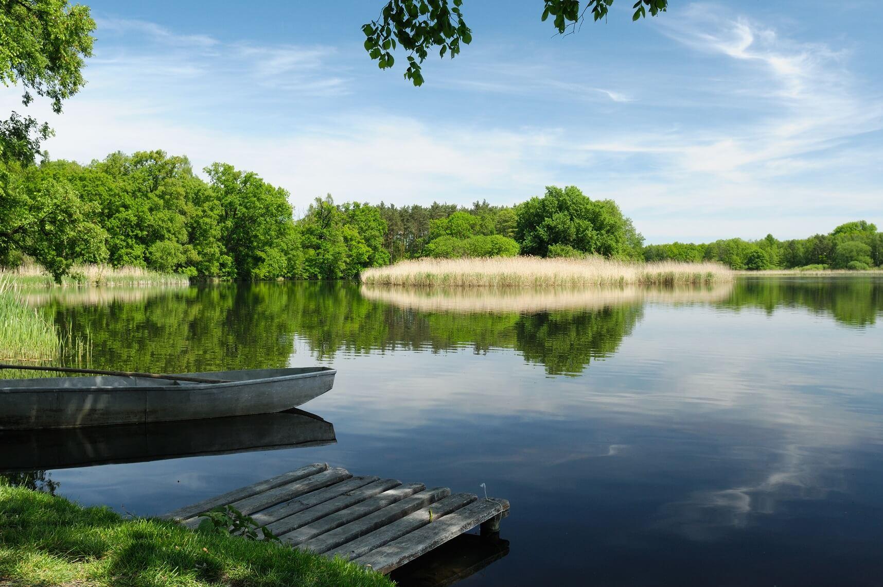 Domki letniskowe nad jeziorem - gdzie znaleźć najlepsze?